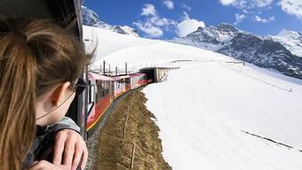 Die Jungfraubahn Holding, die Betreiberin der Bahnlinie auf das Jungfraujoch, hat laut der Finanzmarktaufsicht Finma in den Jahren 2014 bis 2016 zum Jahresende den Kurs der eigenen Aktien durch Verkäufe aus den Eigenbeständen nach unten gedrückt. (Archivbild)