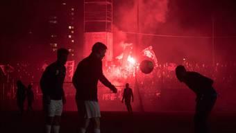 Als im Stadion Brügglifeld in Aarau zwei Mal die Flutlichtanlage ausfiel, sorgten die Pyros für einmal für etwas willkommenes Licht.