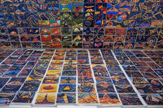 Hunderte Karten bilden einen bunten Teppich.