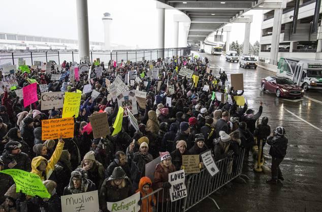 Tausende weitere Menschen demonstrierten vor dem Weissen Haus in Washington.