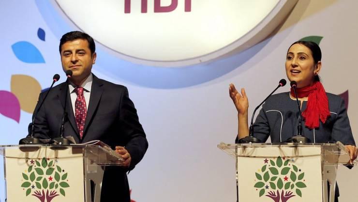 Am Freitag wurden Selahattin Demirtas (links) und Figen Yüksekdag  (rechts) verhaftet. Bis zum Prozess bleiben die beiden in Haft.