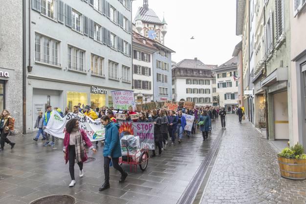 Impressionen von der Demo in Baden: Wie in Aarau zählte der Klimastreik rund 500 Teilnehmer – sie zogen mit Transparenten und Parolen skandierend unter Glockengeläut durch die Stadt.