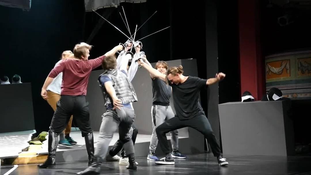 Stadttheater Solothurn: Klaus Figge lehrt dem Ensemble von «Romeo und Julia» das Fechten