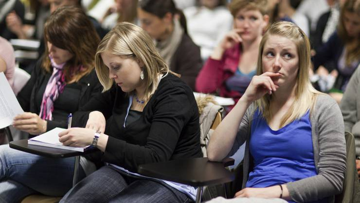 Studierende in einer Vorlesung an der Uni Basel. (Symbolbild)