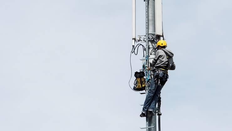 Es braucht in der Schweiz mehr Mobilfunkantennen – müssen sie auch mehr Leistung haben? Keystone