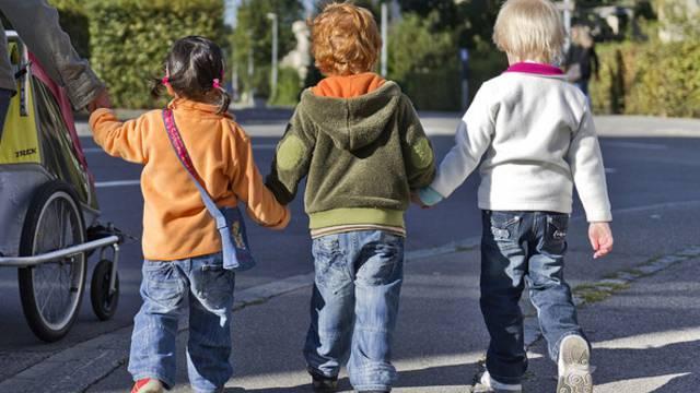 Wer als Kind früh selbständige Schritte macht, ist später nicht zwingend intelligenter, sagt die Studie (Symbolbild)