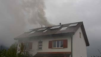 Starker Rauch steigt aus dem Dach des Einfamilienhauses.