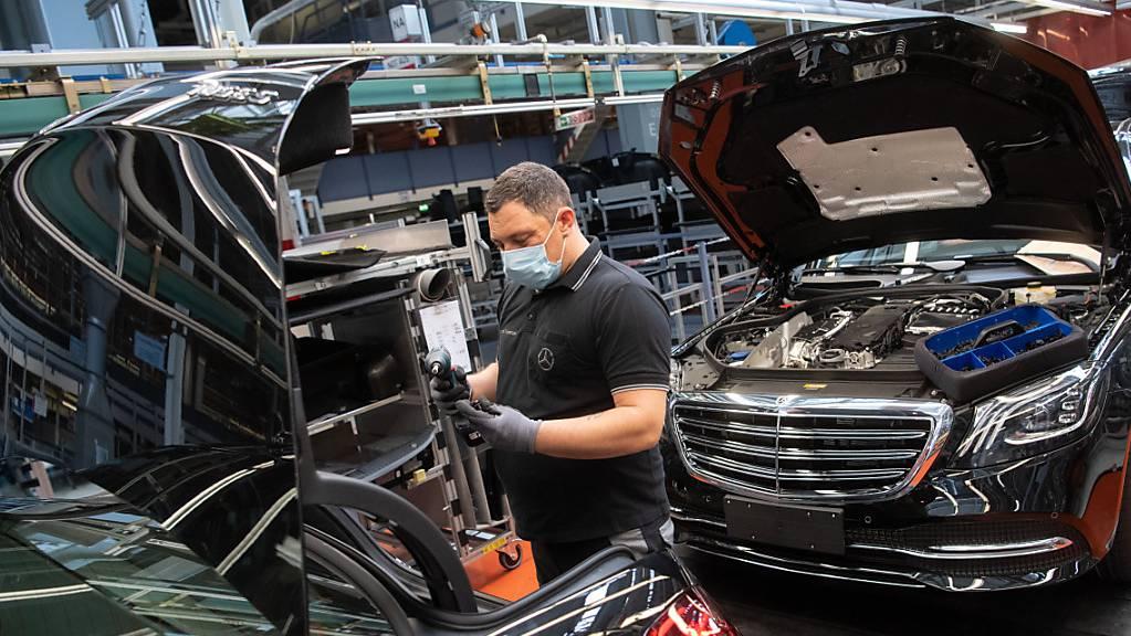 Ein Mitarbeiter der Daimler AG in der Produktion (Archivbild).