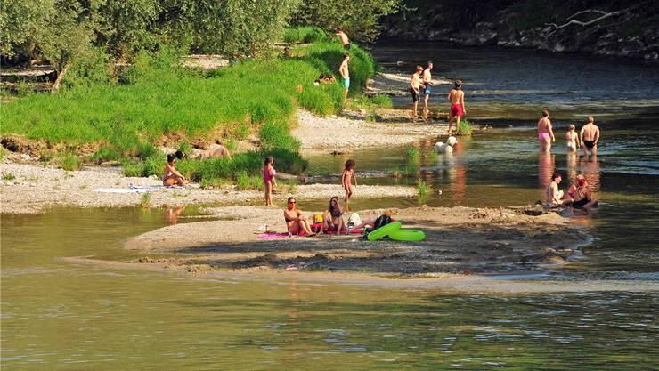 Im Sommer ist die Aare bei Gross und Klein beliebt – Probleme machen aber Littering, gefährliches Zelten und der Autoverkehr zu den Uferplätzen. Fotos: Ueli Wild/zvg