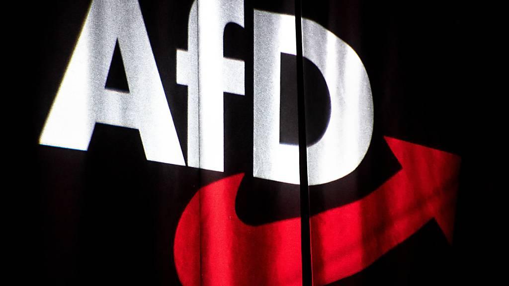 ARCHIV - Das Logo der AfD wird beim Bundesparteitag auf einen Vorhang projeziert. Das Bundesamt für Verfassungsschutz hat die gesamte AfD als rechtsextremistischen Verdachtsfall eingestuft. ere Medien über die Einstufung berichtet. Foto: Sina Schuldt/dpa