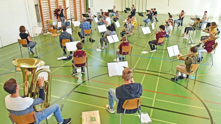 Die Turnhalle im Schulhaus Frohheim: gross genug für die Orchesterprobe.