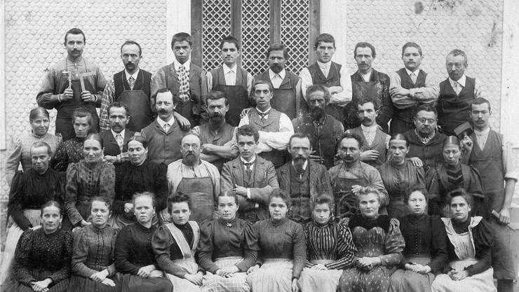 Die Frontseite des Kalenders 2016 zeigt Angestellte der Kammfabrik um 1898.