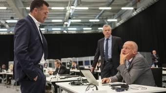 Marcel Dobler, FDP-SG (links) und Martin Landolt, BDP-GL (rechts) diskutieren an der ausserordentlichen Session der Eidgenössischen Räte zur Corona-Krise.