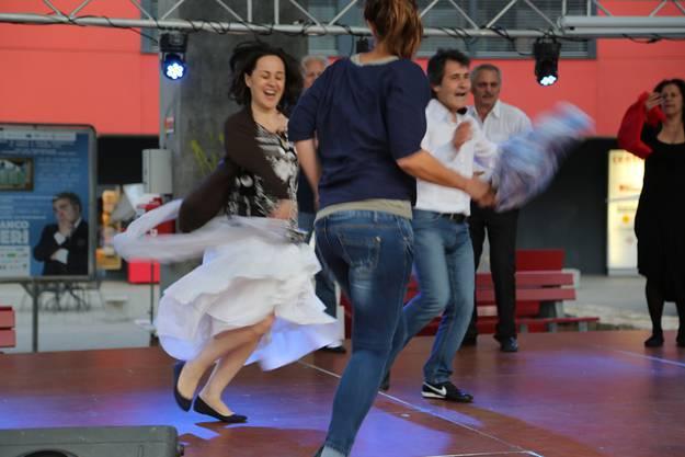 Tanzvorführung unter dem Stadtdach mit der Bieler Gruppo die Balli della MCI