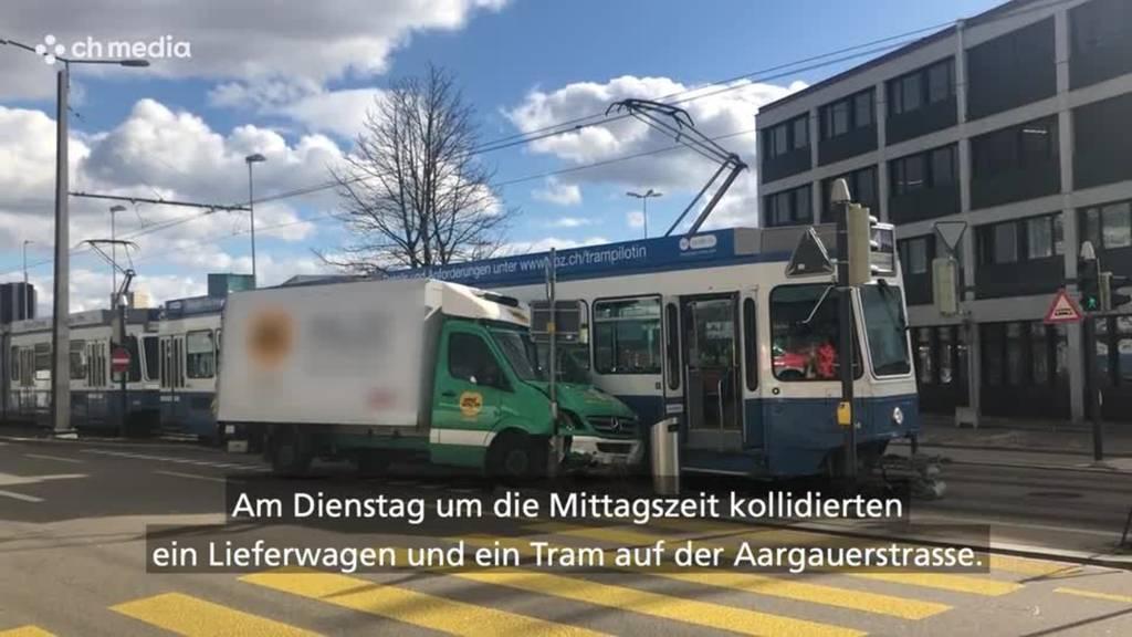 Kleintransporter kollidiert mit Tram