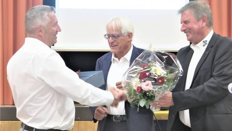 Der zurücktretende Verwaltungsrat Ronar Härtsch wird von Elektra-Untergäu-Verwaltungsratspräsident Christian Angst und Geschäftsleiter Peter Joss verabschiedet (von links). Nachfolger Rolf Bigler war ferienabwesend.