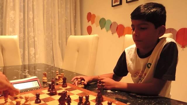 Das junge Schachgenie Aryan Arnand. Der Sohn indischer Eltern ist in der 3. Klasse und hat sich für Schweizer-Schach-Meisterschaft qualifiziert.