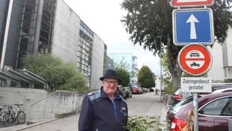 Andreas Bauer von der Stadtpolizei erklärt die Situation an der Breitengasse