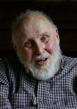 Die Interessen des US-Physiker Arthur Ashkin gehen weit über die entwickelte optische Pinzette hinaus. Heute arbeitet der emeritierte Physiker an Solarkollektoren und bereitet gerade einen Fachartikel dazu vor. Ashkin wurde 1922 in New York City geboren. Er ist mit 96 Jahren der älteste Mensch, der je einen Nobelpreis bekam. Schon als kleines Kind interessierte er sich dafür, wie die Dinge funktionieren. Ausserdem hatte er einen älteren Bruder, der Physiker war. «Er hat mich inspiriert», sagt Ashkin. Selbst arbeitete er als Physiker dann 40 Jahre lang an den Bell Laboratories, der ehemaligen Forschungsabteilung der Telefongesellschaft AT&T. Dort entwickelte er die erste optische Pinzette. (SDA)