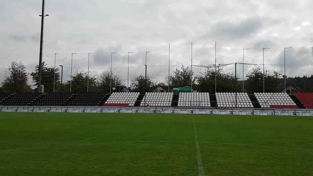 Sitzplätze statt Stehrampen im Brügglifeld: Freiwillige Helfer haben 1600 Schalensitze im Aarauer Stadion montiert. (17.10.2020)