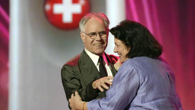 Alt Bundesrat Moritz Leuenberger überreichte den Swiss Award in der Kategorie Politik an die Riggisberger Gemeindepräsidentin Christine Bär-Zehnder: Mit wohlwollenden Worten würdigte aber auch den Schweizer des Jahres 2015 (Archiv).