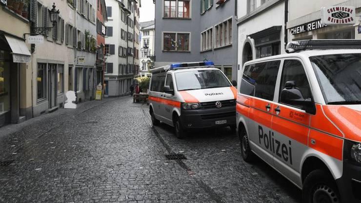 Fahrzeuge der Zürcher Stadtpolizei im Einsatz im Niederdorf am Rindermarkt. (Archivbild)