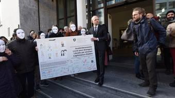 Sans-Papier in Basel: Wunschkarte wurde an Baschi Dürr übergeben