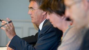 Nationalrat Pierre-Francois Veillon (SVP/VD), links, präsentiert die Auswertung der GPK des UBS-Dossiers