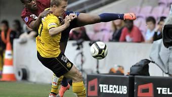 Christoph Spycher (vorne) deckt den Ball ab.