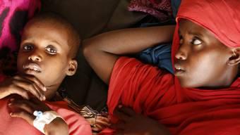 Unterernährte Kinder in einem Lager in Baidoa, Somalia. Mehreren Millionen Menschen in Afrika drohe derzeit der Hungertod, warnt die Glückskette. (Archiv)
