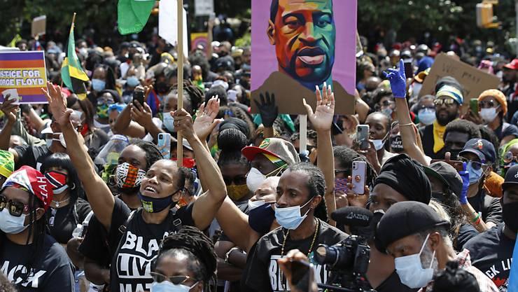 Demonstranten nehmen an einer «Black Lives Matter»-Kundgebung gegen Rassismus und Polizeigewalt teil. Foto: Kathy Willens/AP/dpa