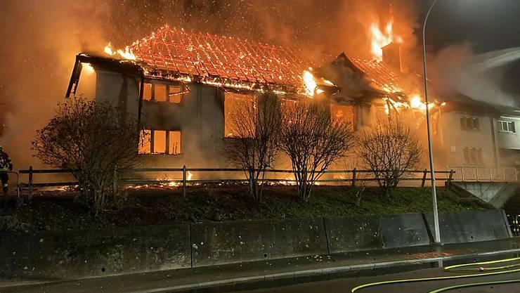 Ein Raub der Flammen: Die Turnhalle in Holderbank AG brannte bis auf die Grundmauern nieder. Die Polizei schliesst Brandstiftung nicht aus.