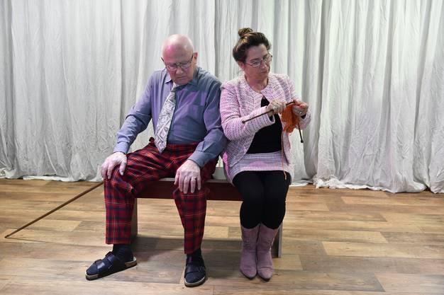 Egon (Hermann Herren) und Rösi (Susi Reinhart) setzen das Inserat für die Suche nach WG-Bewohnern auf.