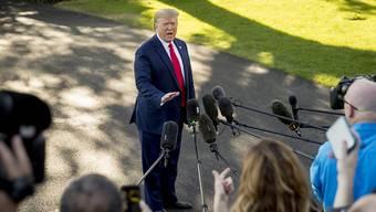 US-Präsident Donald Trump spricht auf dem Weg zu einer Wahlkampfveranstaltung mit Reportern. Er sagte die Handelsgespräche zwischen den USA und China liefen gut. Trump wurde auch zur Situation in Syrien und zum laufenden Impeachment-Verfahren befragt.  (Foto: Andrew Harnik/AP Keystone)