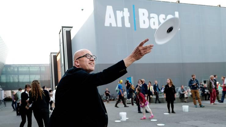 Protestaktion am Freitag vor der Art Basel: Frisbee-Werfen mit Enrique Fontanilles.