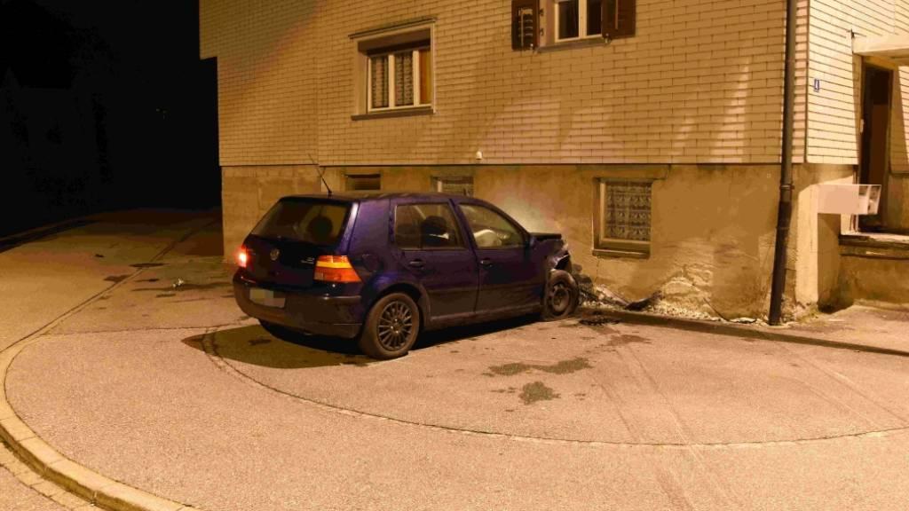 Ein 33-jähriger Mann mit einem Lernfahrausweis ist am Sonntagmorgen in Benken mit seinem Auto in ein Haus geprallt. Der Sachschaden am Haus kann noch nicht beziffert werden.