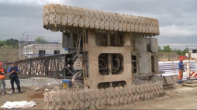 Reinach: 50 Tonnen schwerer Kran stürzt um