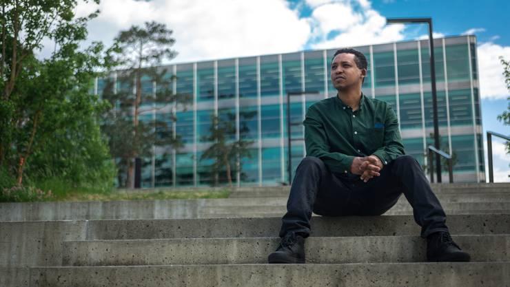 Aron Yeshitila ist Regisseur aus Äthiopien und lebt heute in Windisch. Er war auch als Journalist in seinem Heimatland tätig. Aufgenommen am 9. Mai 2018 auf dem Campus-Areal in Windisch.