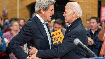 Joe Biden mit John Kerry bei einer Wahlkampfveranstaltung für Ersteren im Februar 2020. (Bild: Keystone)