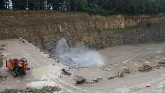 Sprengung im Steinbruch der Jura Cement Fabriken AG in Auenstein.