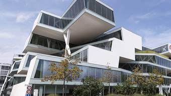 Das Gewerbe- und Dienstleistungsareal - hier mit dem Hauptsitz des Pharmaunternehmens Actelion - prosperiert und benötigt eine neue Verkehrserschliessung.