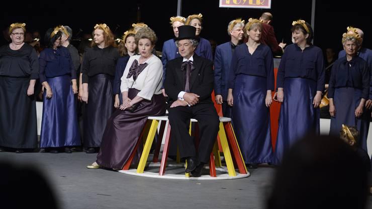 Hermann Gehrig (sitzend, mit violettem Schlips) stand auch selbst als Direktor im Zirkuszelt.