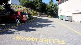 Linksabbiegeverbot: Von der Dorfstrasse hinten dürfen Lenker, die von rechts kommen, nicht am Restaurant Schloss Buchegg (rechts) vorbei zum Feuerwehrmagazin abbiegen.