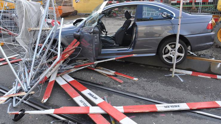 Das Auto krachte in eine Baustellenabschrankung.