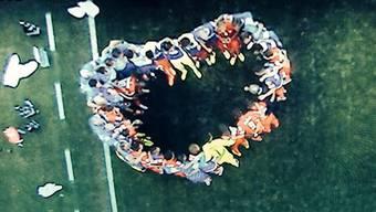 Die Schweizer Nati formt bei der Besprechung zum Spiel gegen Argentinien ein Herz