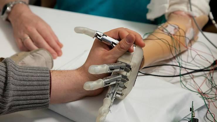Die Berührung nicht nur sehen, sondern auch fühlen: Durch Kombination zweier Sinneseindrücke konnten Forschende Prothesenträger überzeugen, dass die künstliche Hand zu ihrem Körper gehörte.