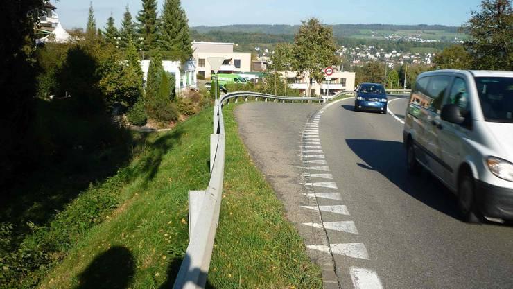 Die Einfahrt- und Ausfahrt der Dorfstrasse Büblikon auf die Kantonsstrasse. Foto: ZVG