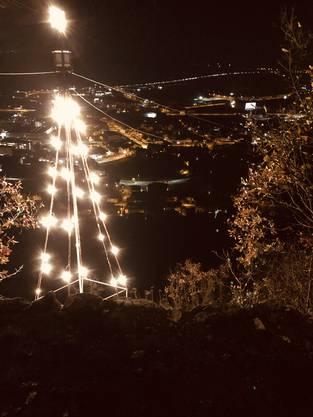 Der Weihnachtsbaum des Ravellenclubs Oensingen erleuchtet seit dem 1.Dezember das Gäu. «Der Ravellenclub wünscht auf diesem Weg allen Lesern eine schöne Weihnachtszeit!», teilt er mit.