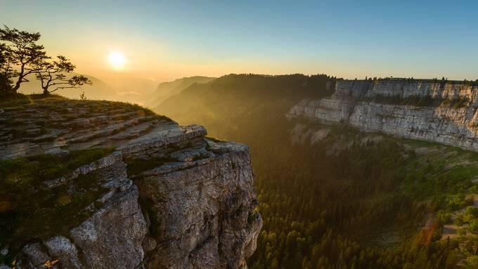 Der Grand Canyon der Schweiz: An der Grenze der Kantone Neuenburg und Waadt liegt die Felsenarena Creux du Van, 160 Meter hoch und vier Kilometer lang.