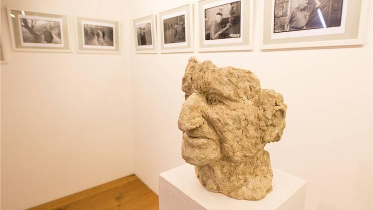 Die Büste des Dichters sowie eine Fotoserie aus seinem Leben sind in der Ausstellung im Räberstöckli zu sehen.